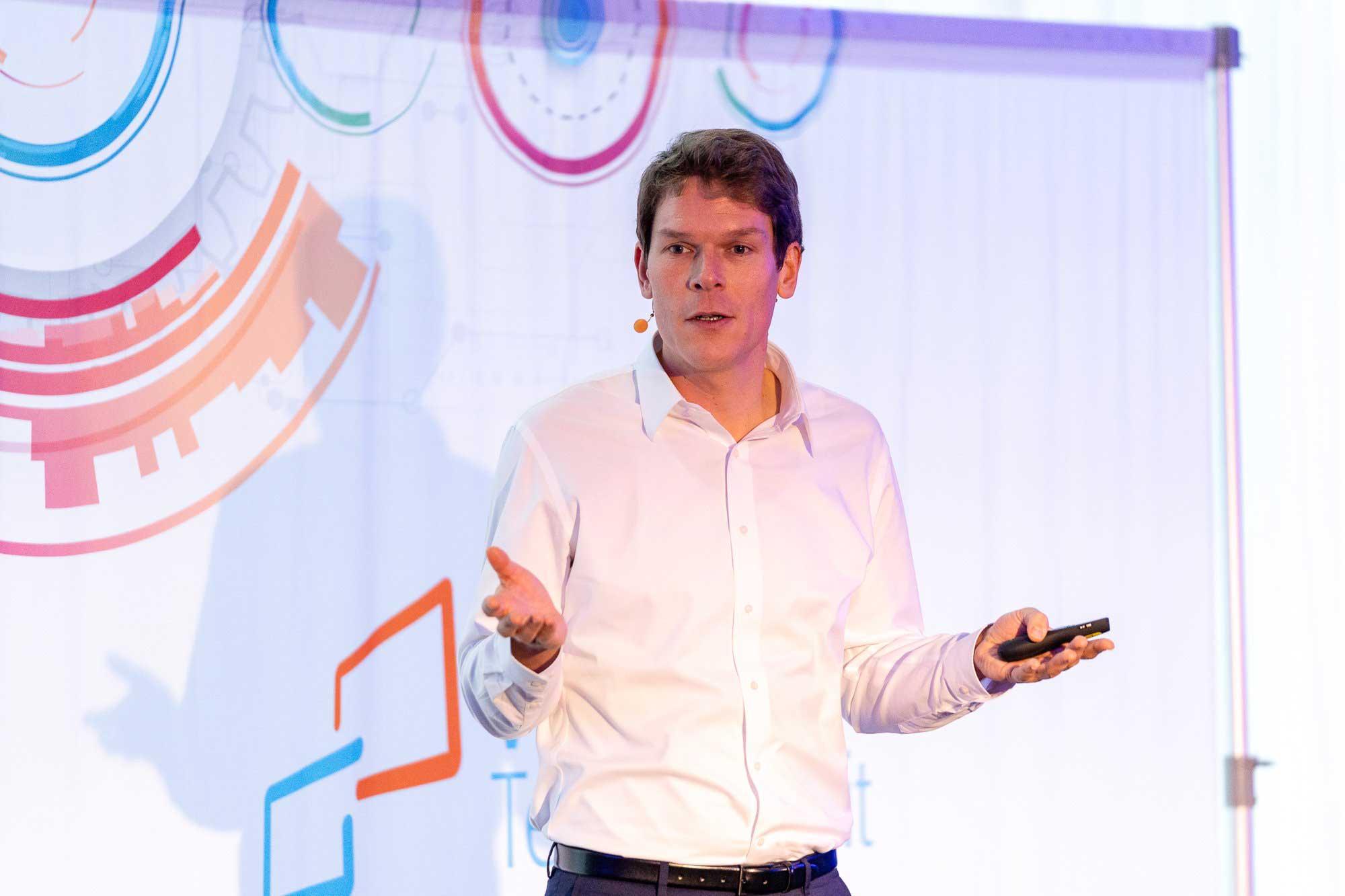 """Dr. Benjamin Kreck bei seinem Vortrag """"Innovationen in Data & AI – Chancen und Herausforderungen für das Publishingbusiness"""""""